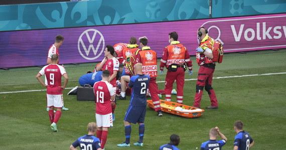 Dramatyczne sceny podczas meczu Dania - Finlandia. Christian Eriksen upadł na boisko w 43. minucie i stracił przytomność. Na miejscu szybko pojawiły się służby medyczne. Konieczna była reanimacja. Po kilkudziesięciu minutach UEFA podała, że zawodnik jest w szpitalu. Z kolei jego menadżer poinformował, że pomocnik oddycha samodzielnie i rozmawia.