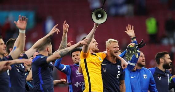 Piłkarze Finlandii wygrali swój pierwszy w historii mecz mistrzostw Europy. Bohaterem został Joel Pohjanpalo, który strzelił jedyną bramkę w spotkaniu. Starcie Finów i Duńczyków było pełne dramatycznych chwil. W trakcie meczu atak serca miał Christian Eriksen. Piłkarz był reanimowany, a spotkanie na kilkadziesiąt minut przerwano. Na szczęście Eriksen odzyskał przytomność. Docenić trzeba też piłkarzy Danii, którzy zasłonili Christiana Eriksena, gdy była mu udzielana pomoc medyczna i wspierali żonę pomocnika w niezwykle trudnych chwilach.