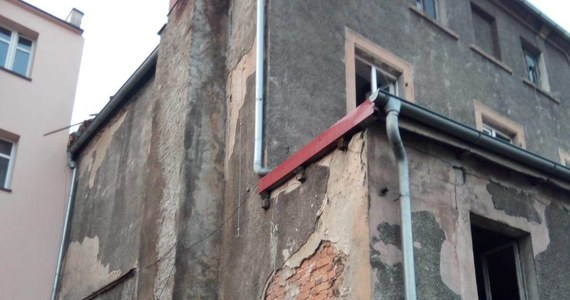 Strażacy, którzy weszli do mieszkania w Międzyborzu na Dolnym Śląsku, dokonali makabrycznego odkrycia: znaleźli ciało kobiety oraz dwójkę zapłakanych dzieci. Nie wiadomo, kiedy i w jakich okolicznościach kobieta zmarła.