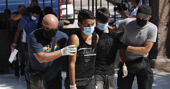 Czterech ubiegających się o azyl Afgańczyków zostało skazanych przez grecki sąd na 10 lat więzienia za podpalenie obozu uchodźców Moria na wyspie Lesbos we wrześniu 2020 r. Był to największy obóz uchodźców w Europie.