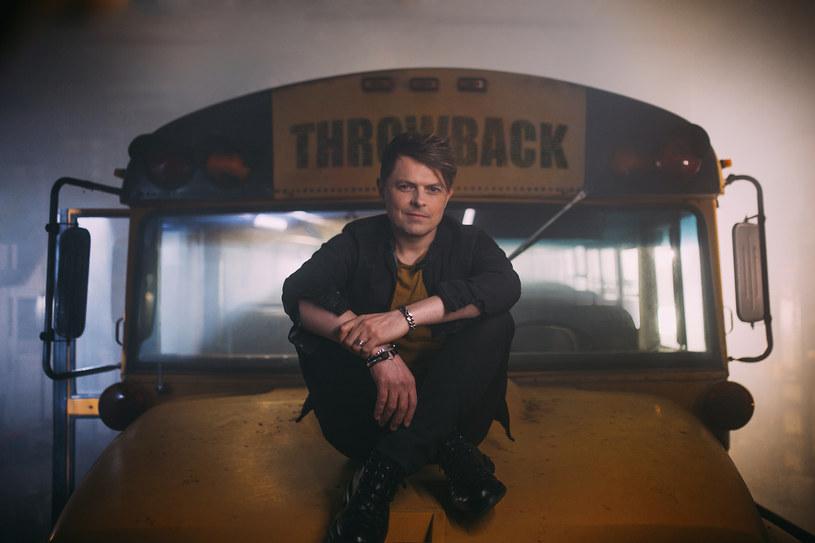 """Po europejskim sukcesie """"Beautiful Madness"""" (ponad 100 milionów odtworzeń i podwójna platyna w Polsce), Michael Patrick Kelly powraca z nowym utworem """"Throwback""""."""