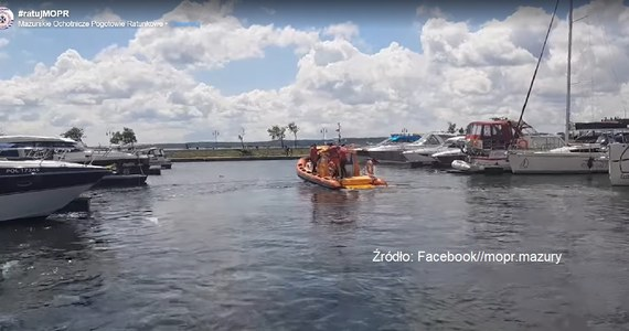 """""""Na Mazurach wieje dzisiaj silny wiatr - podmuchy osiągają siłę 6 stopni w skali Beauforta. Na jeziorze Kisajno wywróciła się łódź, którą żeglowało dwoje dorosłych i troje dzieci. Ludzi z wody podjęli żeglarze, a łódź zatonęła"""" - poinformował PAP ratownik MOPR Tomasz Kurowicki."""