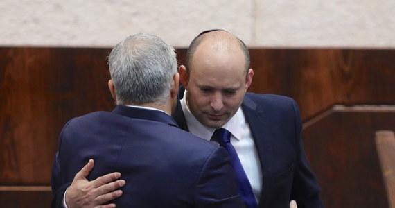 120-osobowy parlament Izraela, Kneset, 60 głosami za i przy 59 przeciw zatwierdził dziś nowy rząd pod przywództwem Naftalego Bennetta. Oznacza to odsunięcie od władzy rządzącego od 12 lat premiera Benjamina Netanjahu.