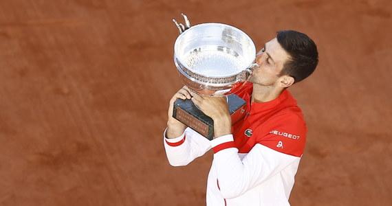 Serb Novak Djokovic pokonał Greka Stefanosa Tsitsipasa 6:7 (6-8), 2:6, 6:3, 6:2, 6:4 w finale French Open. To jego drugi triumf w Paryżu i tym samym został pierwszym tenisistą w liczonej od 1968 roku tzw. Open Erze, który każdy turniej Wielkiego Szlema wygrał więcej niż raz.