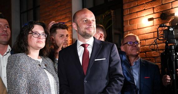 """""""W Rzeszowie nie wygrała żadna opcja, żadna formacja, żadna strona; w Rzeszowie tak naprawdę zwyciężyła jedność"""" - powiedział w niedzielę Konrad Fijołek, który, jak wynika z sondażu exit poll w I turze przedterminowych na prezydenta Rzeszowa, zdobył 55,8 proc. głosów."""