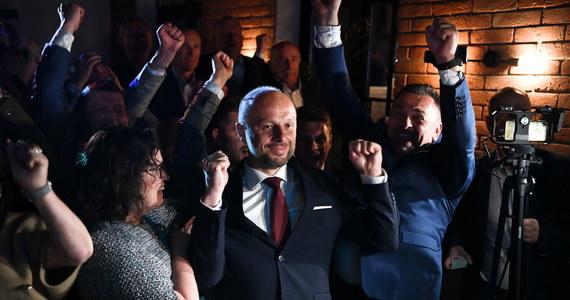 """Nie milkną komentarze po ogłoszeniu wyników wczorajszych wyborów na prezydenta Rzeszowa. Został nim Konrad Fijołek. """"To trochę klęska prawicy"""" - ocenił w Porannej rozmowie w RMF FM poseł Prawa i Sprawiedliwości Marek Suski. """"To dzwonek alarmowy. Jeżeli nie przekroczymy podziałów, które spiętrzyły się w Zjednoczonej Prawicy, to wyborcy w wyborach parlamentarnych mogą pokazać nam czerwoną kartkę"""" - ostrzegał natomiast lider Porozumienia Jarosław Gowin. Opozycja z kolei uznała, że to jej największe zwycięstwo do wyborów na prezydenta Warszawy w 2018 roku."""