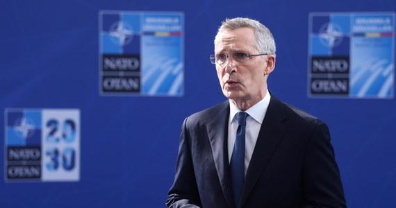 """Dzisiaj w Brukseli odbywa się jednodniowy szczyt przywódców krajów NATO. Polskę reprezentują prezydent Andrzej Duda oraz minister obrony narodowej Mariusz Błaszczak. Główne tematy rozmów to inicjatywa """"NATO 2030"""", mająca wzmocnić jedność Sojuszu i przygotować go na wyzwania przyszłości oraz odpowiedz na działania Rosji i Chin."""