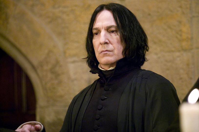 """Choć zwykło się mawiać, że o zmarłych lepiej nie mówić nic niż źle, aktorka Zoe Wanamaker goszcząc w podcaście """"Tea with Twiggy"""", pokusiła się o niecodzienne wyznanie. Wspominając postać zmarłego w 2016 roku Alana Rickmana, wyjawiła, że wspólnie w trakcie zdjęć do filmu o Harrym Potterze zabrali z planu listy, przynoszone do Harry'ego przez sowę Hedwigę. Dodała też, że Rickman sprzedał jeden z tych rekwizytów za ponad 17 tys. funtów."""