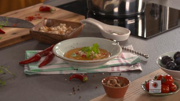 Bataty i marchewkę obrać i pokroić w kostkę, podsmażyć na maśle. Po chwili dorzucić posiekaną cebulę. Gdy się zeszkli, dodać pokrojony w plastry czosnek i suszone pomidory. Wymieszać. Zalać wywarem jarzynowym. Przykryć i gotować do miękkości. Następnie przyprawić startym imbirem, dodać masło orzechowe i zmiksować. Doprawić do smaku solą i kolorowym pieprzem. Na talerzu udekorować świeżą kolendrą oraz papryczką chili. Podawać z grzankami.  SKŁADNIKI •2 - bataty •1 - marchewka •2 - cebule •3 ząbki - czosnku •1 łyżka - masła klarowanego •kilka suszonych pomidorów w oliwie •1½ l - wywaru jarzynowego •kawałek świeżego imbiru •2 łyżki - masła orzechowego •sól •pieprz kolorowy DO PODANIA •świeża kolendra •papryczka chili •grzanki