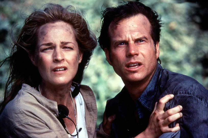 """Helen Hunt wraz z członkami obsady filmu """"Twister"""" świętuje obecnie 25. rocznicę premiery tej słynnej produkcji. Aktorka ujawniła właśnie, że miała w planach wyreżyserowanie jej sequela, w którym głównych bohaterów zagraliby wyłącznie aktorzy o kolorze skóry innym niż biały. Gdy jednak latem zeszłego roku przedstawiła pewnej wytwórni swój pomysł, ta nie wykazała choćby minimalnego zainteresowania. """"Ledwo udało nam się zorganizować spotkanie, by w ogóle o tym porozmawiać. A to był czerwiec 2020 roku, kiedy wszyscy trąbili o różnorodności"""" - przyznała gorzko Hunt."""