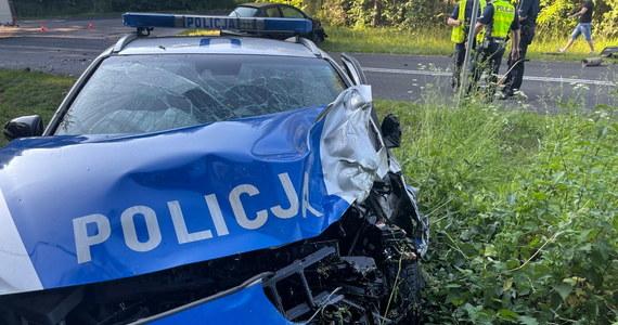 Cztery osoby, w tym dwóch policjantów, zostało rannych w wypadku na drodze wojewódzkiej nr 197 w okolicy miejscowości Waliszewo między Gnieznem a Kiszkowem w Wielkopolsce.