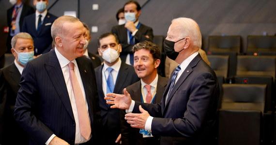 Prezydent USA Joe Biden po spotkaniu z tureckim prezydentem Recepem Tayyipem Erdoganem zapowiedział, że wierzy w osiągnięcie postępów w relacjach z Ankarą. Obaj przywódcy spotkali się na marginesie szczytu NATO w Brukseli.