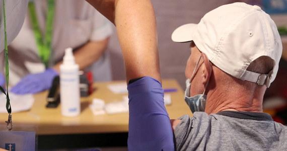 """""""Obecne tempo szczepień jest niezłe, ale nie jest oszałamiające. W pełni zaszczepionych jest ok. 26-27 proc. Polaków i powoli jest coraz mniej osób chętnych do szczepień, dlatego należy ciągle prowadzić działania profrekwencyjne"""" - powiedział prezes Warszawskich Lekarzy Rodzinnych dr Michał Sutkowski. Do dziś zaszczepiono 10 mln Polaków. Sondaż United Surveys dla DGP i RMF FM pokazuje, jakie działania zachęcają do szczepień."""