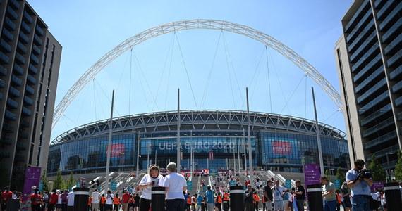 Podczas finału piłkarskich mistrzostw Europy na trybunach stadionu Wembley będzie mogło zasiąść najprawdopodobniej 45 tysięcy kibiców. Obiekt może pomieścić aż 90 tysięcy kibiców, co oznacza, że brytyjski rząd ma w planach wpuścić tylko połowę z nich. Finał Euro 2020 rozegrany zostanie 11 lipca.