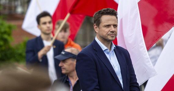 Prezydent Warszawy Rafał Trzaskowski cieszy się największym zaufaniem na poziomie 40,6 proc. - wynika z sondażu IBRiS dla Onetu. Polityk PO wyprzedza o 0,1 proc. premiera Mateusza Morawieckiego i prezydenta Andrzeja Dudę.
