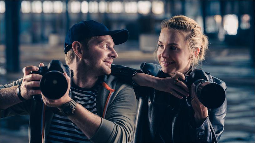 """Nowy film w reżyserii Marii Sadowskiej """"Miłość na pierwszą stronę"""" rozgrywa się m.in. w środowisku paparazzich. Odtwórczyni głównej roli, Olga Bołądź, a także Rafał Zawierucha, którzy wcielają się w tego typu fotoreporterów, odrobili lekcję przed wejściem na plan. Spędzili dzień z prawdziwym paparazzo, jeżdżąc z nim po Warszawie, robiąc zdjęcia swoim kolegom z show-biznesu i politykom."""