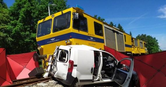 Policjanci wyjaśniają okoliczności tragicznego wypadku, do którego doszło na przejeździe kolejowym przy ulicy Kasztanowej w Brzeźnicy na Podkarpaciu. Młoda kobieta wjechała przed nadjeżdżający pociąg techniczny. 23-latka zginęła na miejscu.