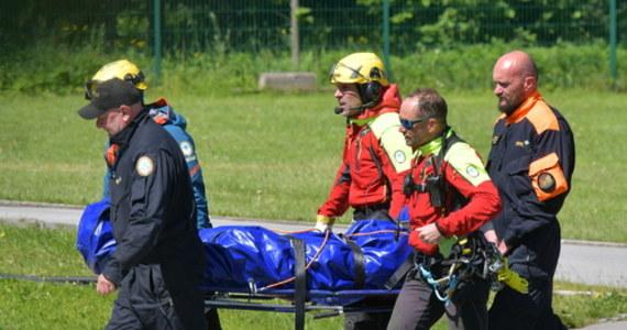 Na Rysach doszło do śmiertelnego wypadku. Turysta w najprawdopodobniej pośliznął się na płacie śniegu i spadł ok. 400 metrów – poinformował dyżurny ratownik TOPR. Ciało zostało śmigłowcem przetransportowane do Zakopanego.