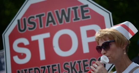 Kilkaset pielęgniarek protestuje przed Sejmem. Domagają się podwyżek, a to właśnie podczas dzisiejszego posiedzenia posłowie będą głosować w tej sprawie.