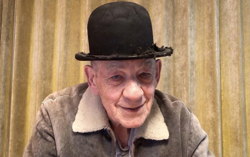 """""""Przeżywam właśnie najlepszy czas swojego życia"""" – zapewnia Ian McKellen, który 25 maja skończył 82 lata. Aktor ani myśli zwalniać tempa. Niebawem ponownie wcieli się w postać Hamleta na scenie Theatre Royal Windsor, którą to rolę zagrał po raz pierwszy w 1971 roku. Zapytany o to, czy nie czuje się za stary, aby ponownie wystąpić w głównej roli w akurat tym szekspirowskim dramacie, McKellen odparł, że w duchu czuje się jak dwunastolatek."""