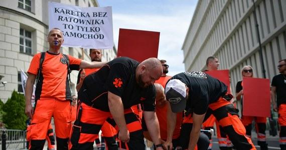 Sejmowa większość nie poparła we wtorek zaproponowanych przez Senat poprawek do nowelizacji ustawy o minimalnych wynagrodzeniach w ochronie zdrowia. Współczynniki rosną, nie kończymy rozmów o płacach, a senackie propozycje to obietnice bez pokrycia - mówił minister zdrowia Adam Niedzielski.