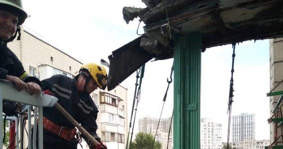 Mieszkaniec jednego z bloków w stolicy Ukrainy, Kijowie, wypełnił swój balkon prawie toną ziemi i uprawiał na nim truskawki. Pod ciężarem konstrukcja runęła. Lokalne władze zapewniły jednak, że nie ucierpiał nikt z sąsiadów ani przechodniów.