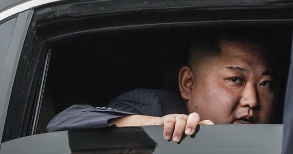 """Przywódca Korei Północnej Kim Dzong Un wyraził zaniepokojenie z powodu """"napiętej"""" sytuacji żywnościowej w kraju i ostrzegł, że restrykcje przeciw pandemii Covid-19 będą przedłużone – poinformowała oficjalna północnokoreańska agencja prasowa KCNA."""