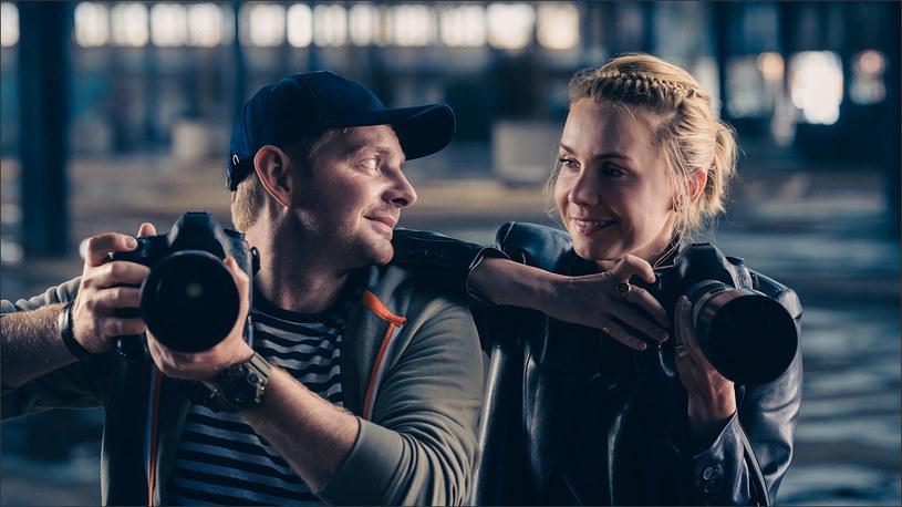 """""""Myślę, że na pewno będzie tutaj dużo zwrotów akcji, wiele ciekawych momentów, gdzie Krupnik będzie mógł pomóc pchnąć Ninę w objęcia czarującego amanta, ale w sposób taki bardzo typowy dla siebie i dla swojego fachu"""" - wyjaśnia Rafał Zawierucha, który w filmie """"Miłość na pierwszą stronę"""" wcieli się w rolę paparazzo."""