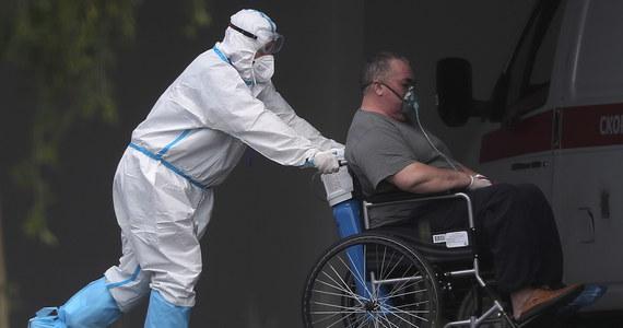 O 241 nowych zakażeniach koronawirusem w Polsce i śmierci 62 chorych na Covid-19 poinformowało dzisiaj Ministerstwo Zdrowia. W szpitalach przebywa obecnie o blisko 200 pacjentów z covid mniej niż jeszcze 24 godziny temu.