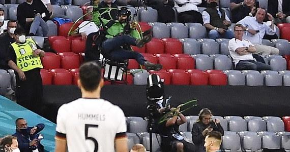 Tuż przed wtorkowym meczem Niemcy-Francja w ramach piłkarskich Mistrzostw Europy na murawie boiska w Monachium wylądował na paralotni aktywista organizacji Greenpeace. Podczas lotu nad obiektem zbliżył się niebezpiecznie do widzów, dwie osoby odniosły obrażenia. Mężczyznę aresztowano, a Greenpeace przeprosił za akcję.