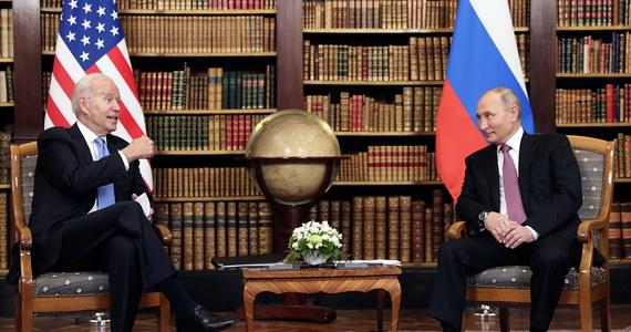 """W Genewie odbyło się pierwsze spotkanie prezydentów Stanów Zjednoczonych oraz Rosji: Joe Bidena i Władimira Putina. Przywódca Rosji określił rozmowę mianem """"konstruktywna"""". """"Biden bardzo różni się od Trumpa. To doświadczony polityk. Posługiwaliśmy się tym samym językiem"""" – powiedział na konferencji prasowej po szczycie. """"Na nas spoczywa odpowiedzialność za relacje między naszymi krajami"""" – mówił z kolei Joe Biden. Przekazał, że mówił Putinowi podczas spotkania, że jego agenda nie jest """"przeciwko Rosji"""". Mimo że obaj prezydenci przekonywali o konstruktywnej rozmowie, żaden z nich nie zaproponował drugiemu wizyty w swoim kraju."""