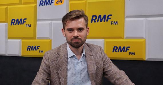 """""""Będę ostatnim, który krzyknie: 'Polacy, nic się nie stało'. (...) Cyberataki na polskich polityków to forma meczu"""" - mówi w Popołudniowej rozmowie w RMF FM dr Maciej Kawecki z Instytutu Lema. Co, jeśli potwierdzi się, że najważniejsi politycy z rządu porozumiewają się za pomocą prywatnych skrzynek e-mailowych? """"Skomentuję to negatywnie, to znaczy nie wyobrażam sobie komunikatu po ataku hakerskim, gdy wiemy, że doszło do uzyskaniu dostępu do poczty e-mailowej jednej z najważniejszych osób w kraju - o treści: """"Nie ma to wpływu na bezpieczeństwo państwa"""". A taki komunikat się pojawił"""" - mówi gość Marcina Zaborskiego."""