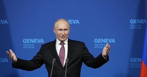 """""""Rosja i USA porozumiały się, że ambasadorowie obu państw: Anatolij Antonow i John Sullivan powrócą do swoich placówek (odpowiednio - w Waszyngtonie i Moskwie)"""" - poinformował w środę prezydent Władimir Putin po rozmowach w Genewie z przywódcą USA Joe Bidenem. Dodał: """"prezydent Biden nie zapraszał mnie w gości, ja również nie składałem takich propozycji""""."""