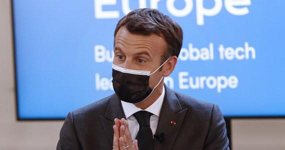 """Prezydent Francji Emmanuel Macron pogratulował w środę swemu rządowi wyboru strategii walki z pandemią Covid-19. Stwierdził jednak, że jeszcze """"nic nie jest wygrane"""" i zachęcił Francuzów do kontynuacji szczepień przeciwko koronawirusowi."""
