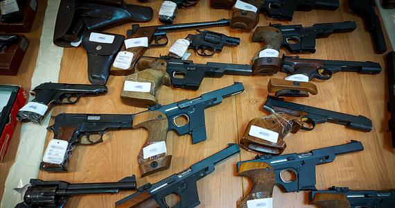 CBŚP rozbiło zorganizowaną grupę przestępczą zajmującą się handlem bronią. Zatrzymano siedem osób i skonfiskowano prawie 300 sztuk broni.