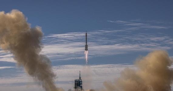 """Z pustyni Gobi w północno-zachodnich Chinach wyruszył w kosmos statek Shenzhou – czyli z chińskiego: """"Boski Statek"""" – z trzema astronautami na pokładzie. Na orbicie spędzą oni trzy miesiące i wezmą udział w budowie chińskiej stacji kosmicznej."""