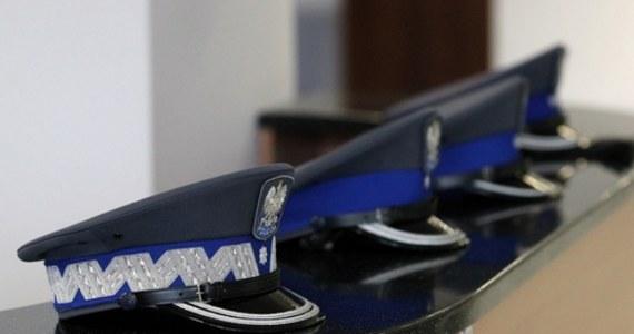 Prokuratura umorzyła śledztwo w sprawie policjantki z Gorzowa Wielkopolskiego, która wstępując do służby zataiła, że w Szwecji skazano ją na więzienie za przemyt ponad 100 kilogramów narkotyków. Jak dowiedział się reporter RMF FM, śledczy stwierdzili, że mimo zatajenia prawdy, nie popełniła przestępstwa.