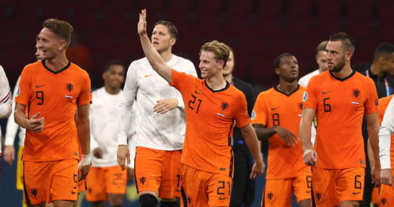 """To nie był mecz z tak dramatycznym przebiegiem jak spotkanie z Ukrainą, ale rezultat jest taki sami – Holendrzy zapisują trzy punkty na swoim koncie. Zespół Franka de Boera pokonał Austrię 2:0 i umocnił się na pozycji lidera grupy C mistrzostw Europy. """"Oranje"""" mają zapewniony awans do 1/8 ME i ze spokojem mogą podejść do ostatniego spotkania w grupie."""