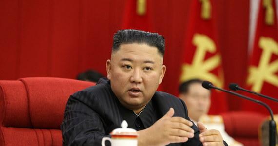 """Korea Północna powinna być przygotowana zarówno do dialogu, jak i konfrontacji ze Stanami Zjednoczonymi – oświadczył przywódca północnokoreańskiego reżimu Kim Dzong Un. Jak podała jednak państwowa agencja informacyjna KCNA, Kim bardziej bierze pod uwagę scenariusz konfrontacji – a to w związku ze """"szczegółową analizą"""", której Pjongjang poddał nową administrację w Waszyngtonie. Równocześnie przywódca reżimu nie wyklucza spotkania z prezydentem USA Joe Bidenem."""