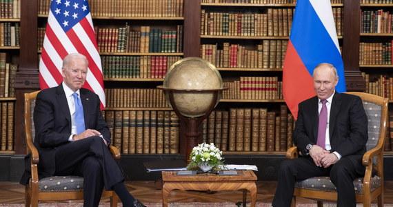 """""""Temat Białorusi został poruszony w czasie środowych rozmów w Genewie prezydentów USA i Rosji, Joe Bidena i Władimira Putina, jednak jest mało prawdopodobne, by miało to realny wpływ na rozwiązanie kryzysu w tym kraju"""" - uważa komentator Alaksandr Kłaskouski."""