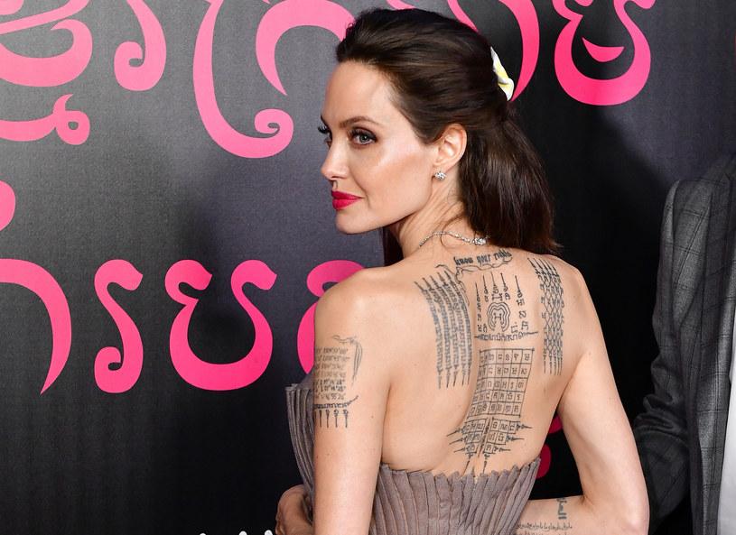 Hollywoodzka gwiazda słynie z pasji do ozdabiania swojego ciała tatuażami. We wcześniejszych wywiadach przyznawała, że nie są one przypadkowe. Jak wygląda nowy tatuaż Angeliny Jolie?