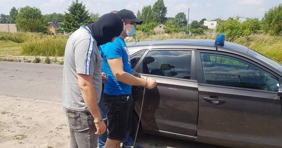 """""""Policjanci zatrzymali 25-latka, który mógł mieć związek ze zdarzeniem w Żyrardowie, w trakcie którego padł strzał z broni palnej"""" - poinformowała rzeczniczka mazowieckiej policji Katarzyna Kucharska. Mężczyzna usłyszał nie tylko zarzut nielegalnego posiadania broni, ale także zarzut posiadania znacznej ilości narkotyków. 25-latek został tymczasowo aresztowany."""