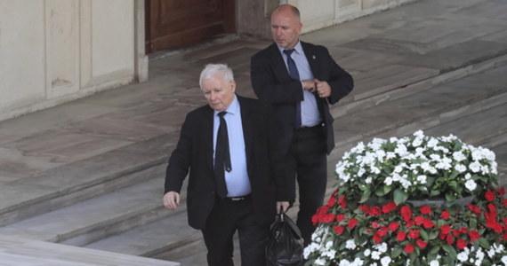 Po zapoznaniu się z informacjami przedstawionymi mi przez Agencję Bezpieczeństwa Wewnętrznego i Służbę Kontrwywiadu Wojskowego informuję, że najważniejsi polscy urzędnicy, ministrowie, posłowie różnych opcji politycznych byli przedmiotem ataku cybernetycznego - oświadczył wicepremier Jarosław Kaczyński.