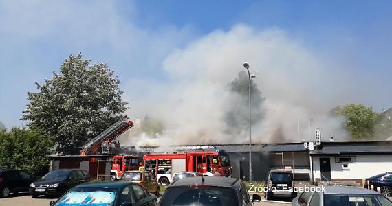 """Płonie sklep sieci """"Stokrotka"""" przy ul. Emilii Gierczak w Koszalinie (woj. zachodniopomorskie). Ogniem zajął się dach obiektu."""