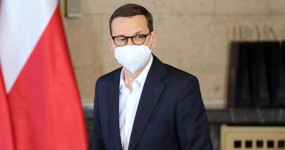 Według wiedzy, którą pozyskałem od Agencji Bezpieczeństwa Wewnętrznego, atak cybernetyczny na polskich polityków i urzędników był kierowany z terenu Federacji Rosyjskiej - powiedział na piątkowym briefingu premier Mateusz Morawiecki.