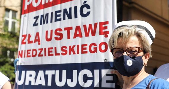 """Przedstawicielki Ogólnopolskiego Związku Zawodowego Pielęgniarek i Położnych oceniają, że w kwestii wynagrodzeń przegrały bitwę, ale nie wojnę. Zapowiadają zawiadomienie Najwyższej Izby Kontroli w sprawie """"zagrożenia zdrowotnego bezpieczeństwa państwa""""."""