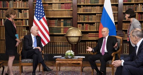 """Przed spotkaniem Biden-Putin w Genewie Biały Dom wstrzymał wysłanie wartej 100 mln dol. broni dla Ukrainy - informuje w piątek portal Politico. Pakiet miał być reakcją na koncentrację rosyjskich wojsk u granic Ukrainy. """"Ktoś mógłby powiedzieć, że to polityka oparta na appeasemencie Rosji"""" - mówi rozmówca PAP w Kongresie USA."""