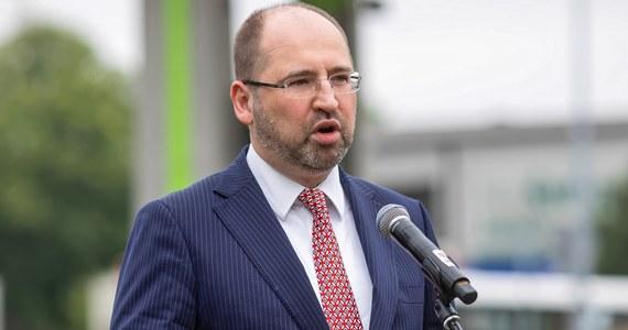 Dysponujemy opinią konstytucjonalisty, z której jednoznacznie wynika, że Jarosław Gowin nie jest prezesem Porozumienia; w sobotę podjęliśmy decyzje o jego zawieszeniu w prawach członka partii; w niedzielę konwencja rozpoczynająca proces połączenia Porozumienia z Partią Republikańską - mówił PAP europoseł Adam Bielan.