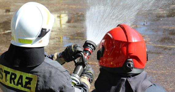 22 zastępy strażaków walczą z pożarem hali magazynowej w Garwolewie na Mazowszu. Jedna osoba trafiła do szpitala.