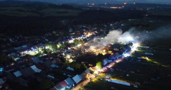 """W pożarze w Nowej Białej, obok Nowego Targu 21 domów oraz 23 budynki gospodarcze zostały spalone doszczętnie lub częściowo. Płomienie zostały już opanowane. 9 osób poszkodowanych trafiło do szpitala. """"Są to głównie osoby z lekkimi oparzeniami. Jedna osoba została zabrana przez Lotnicze Pogotowie Ratunkowe, ponieważ spadła z dachu i złamała kręgosłup"""" - powiedział rzecznik nowotarskiej straży pożarnej Piotr Krygowski. """"Wojewódzki Sztab Kryzysowy przygotowuje pomoc dla mieszkańców poszkodowanych w pożarze"""" - zapewnił premier Mateusz Morawiecki."""